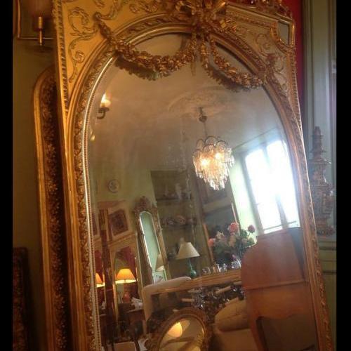 Grand miroir doré à fronton